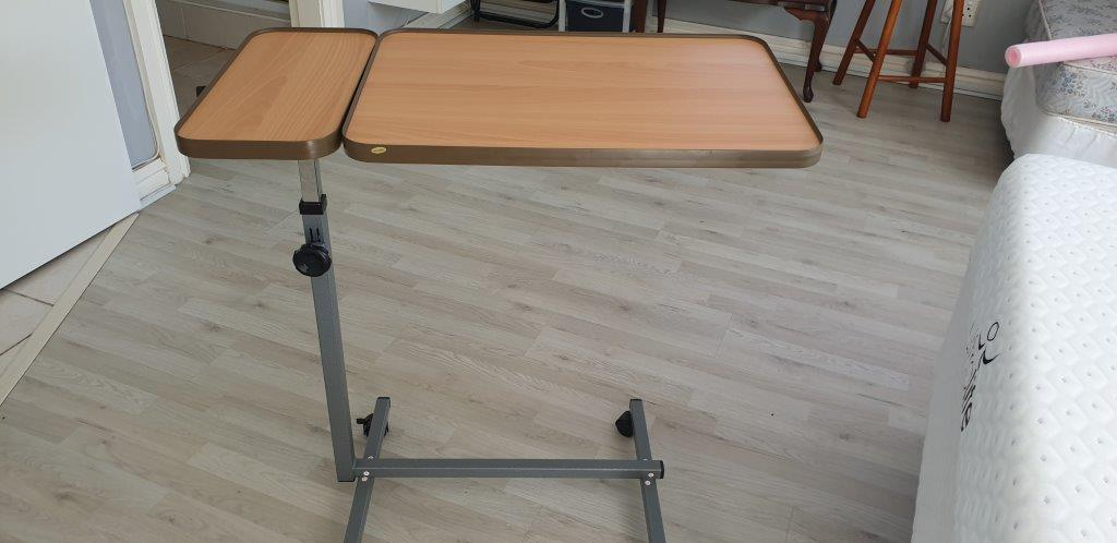Tray table for home use or hospital bed