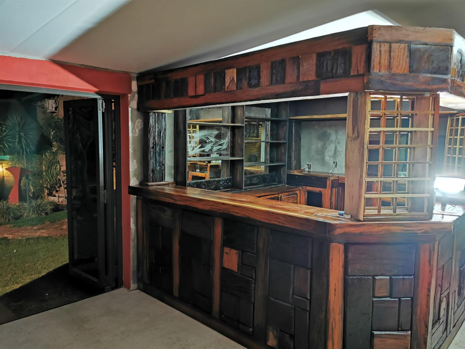 Bar met 8 stoele, kaste, rakke,  u shape