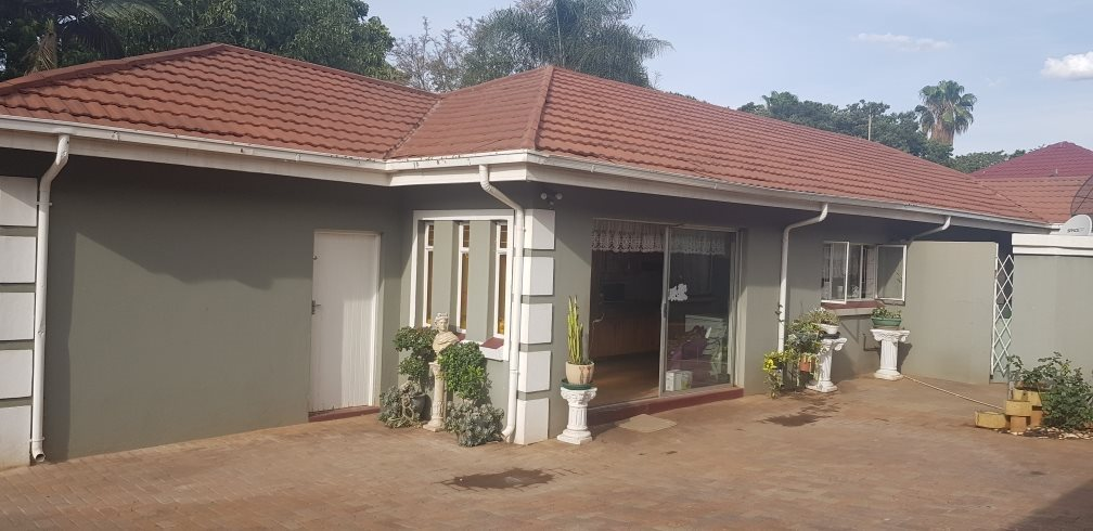 6 BEDROOM HOUSE FOR SALE IN FLORAUNA