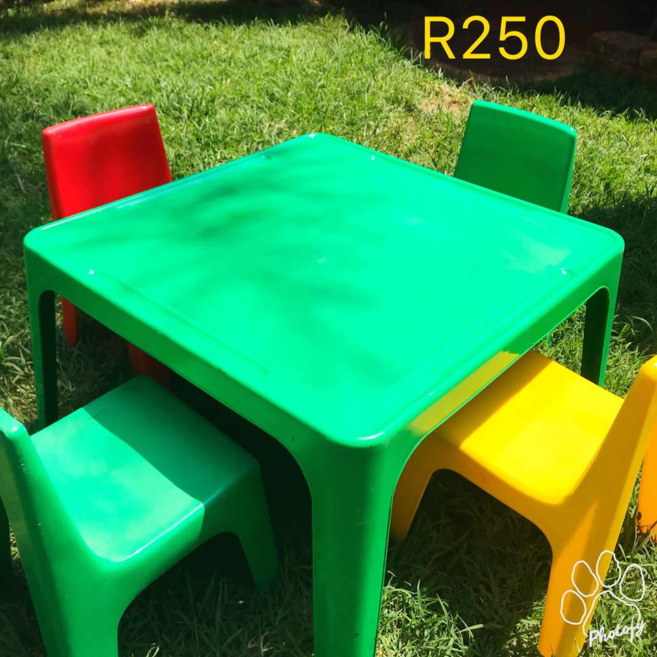Kiddies green desk and chairs