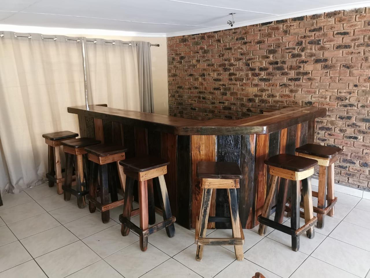 Bar  met 9stoele 3m×2m=R13000