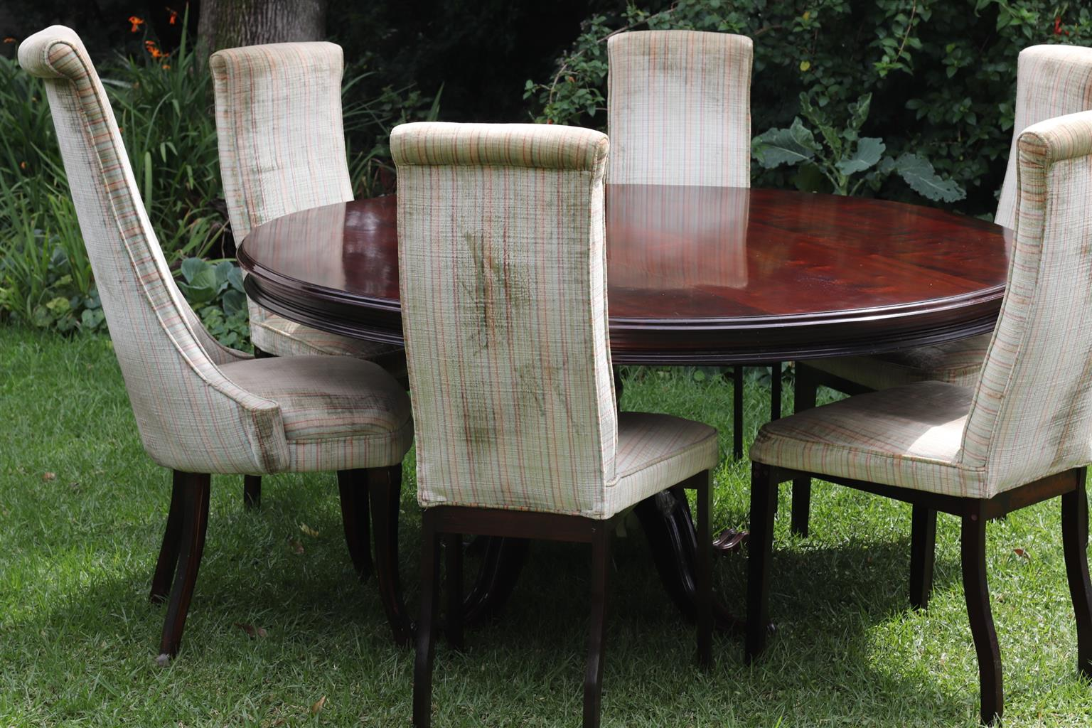 Round Dining Room table, beautiful, solidly made, with Five (5) upholstered chairs