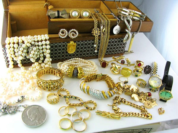 Cash on the spot for gold coins and gold jewellery!