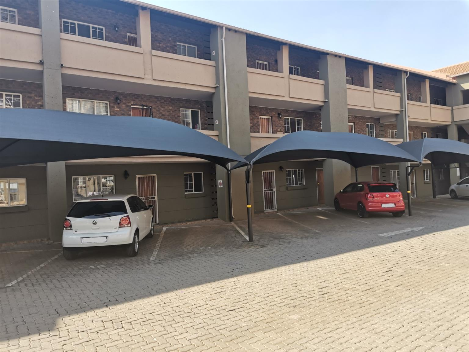Apartment For Sale in Rooihuiskraal North