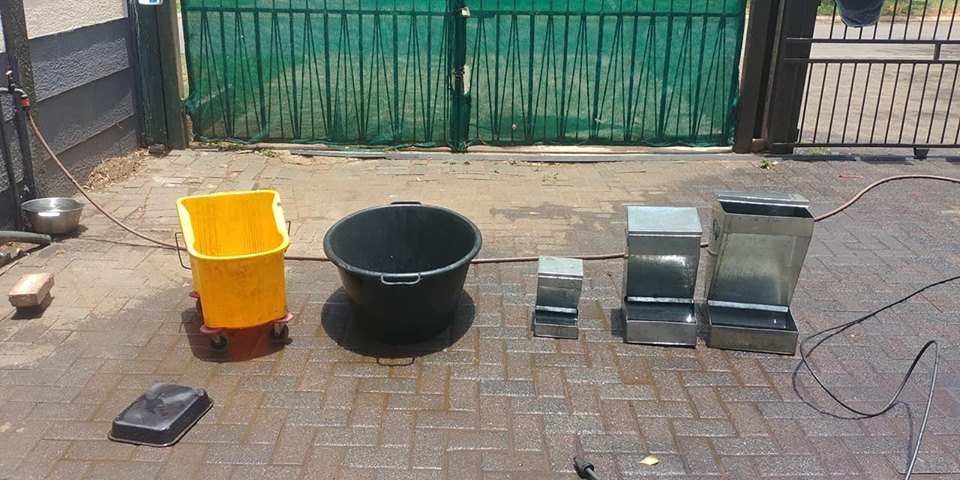 Cleaning buckets and dog feeders