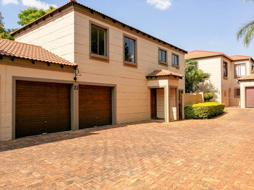 UPMARKET 3 BEDROOM DUPLEX • PRIVATE GARDEN DOUBLE GARAGE • EXCLUSIVE GOLF & RESIDENTIAL ESTATE