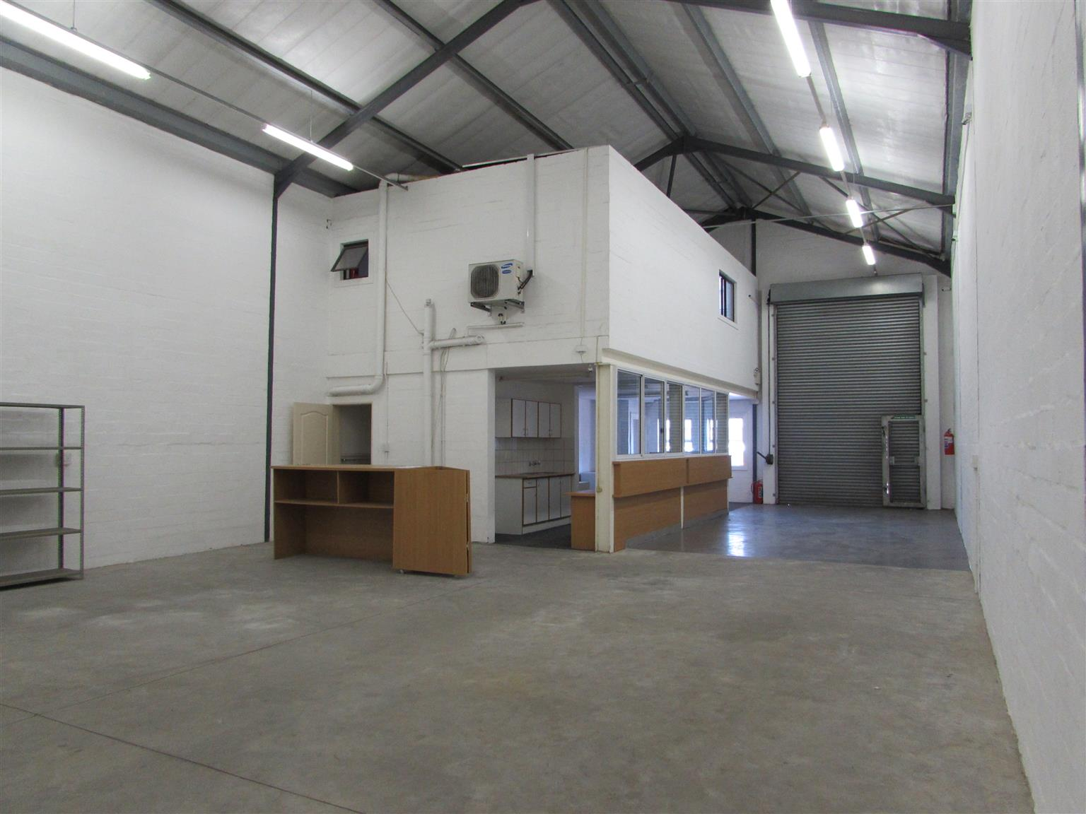 MONTAGUE GARDENS: 220m2 Warehouse To Let