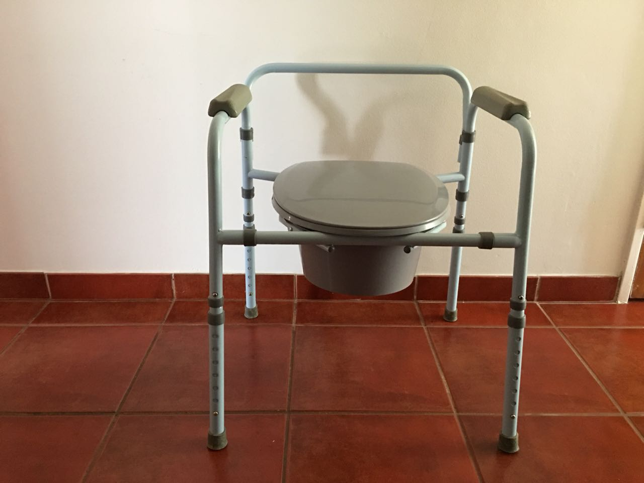 3 Crank Hospital Bed, Manually Operated Hydraulic Lift, Commode and ...