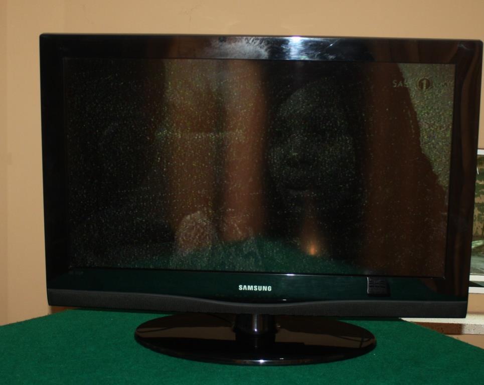 "Samsung LCD 32"" Colour TV set"