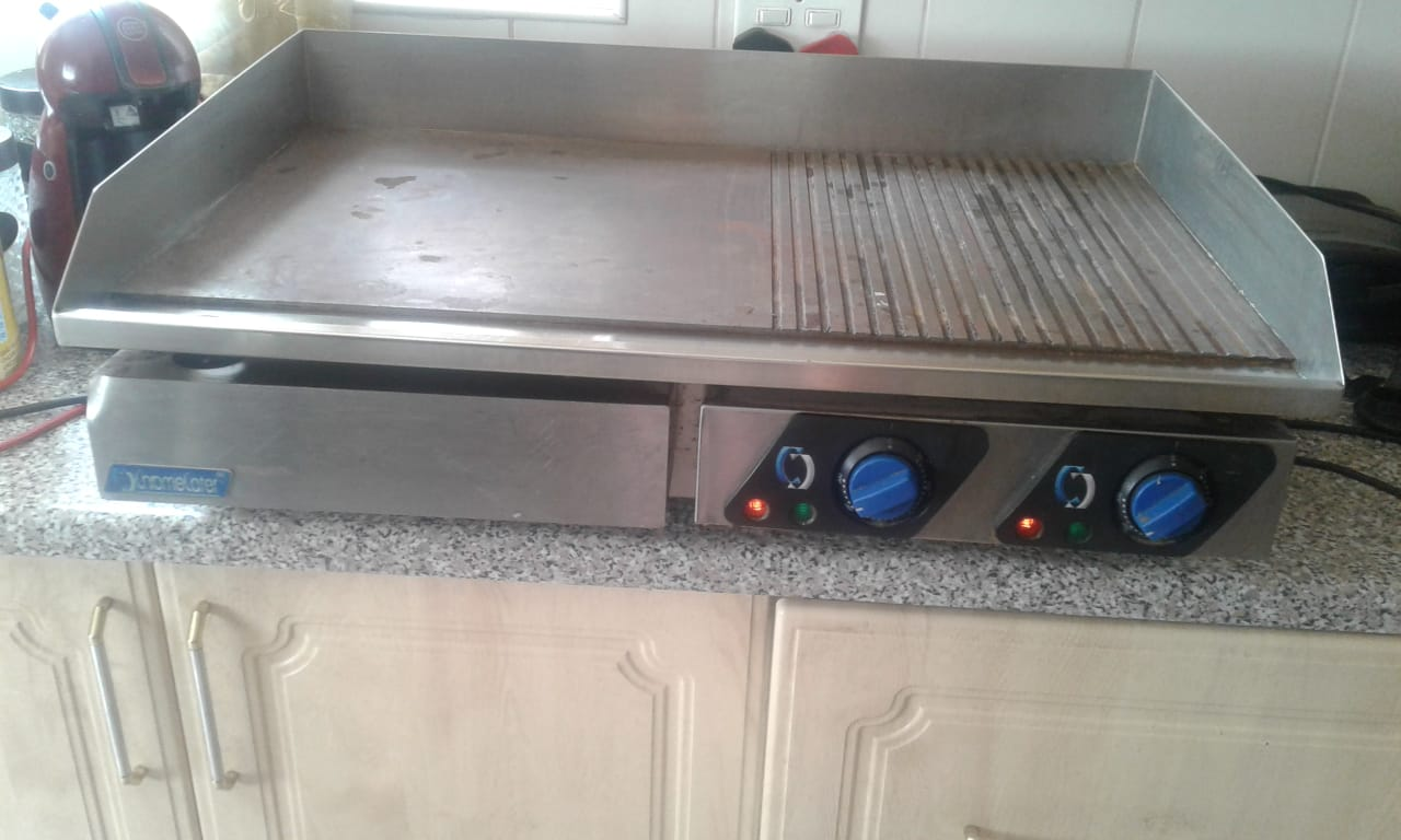 Electric flattop griller