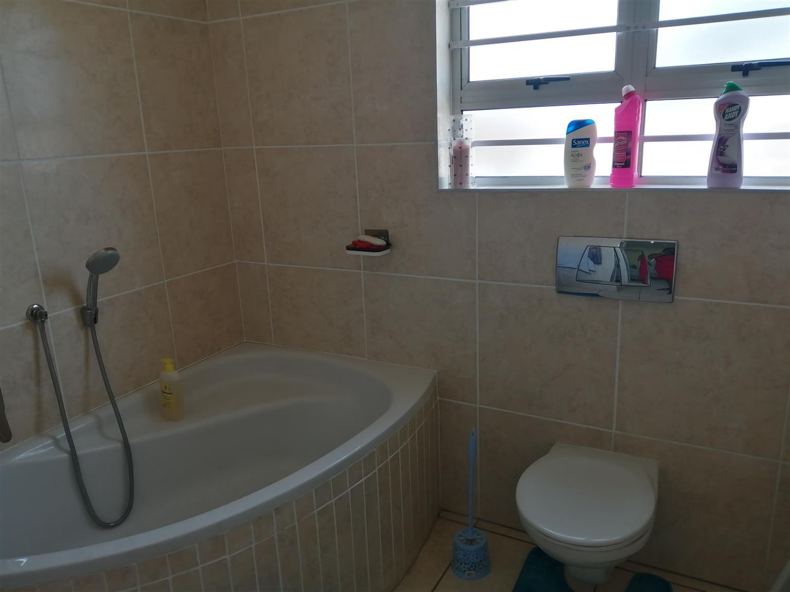 3 Bedroom 2 bathroom Freestanding house for sale in Palmview Phoenix