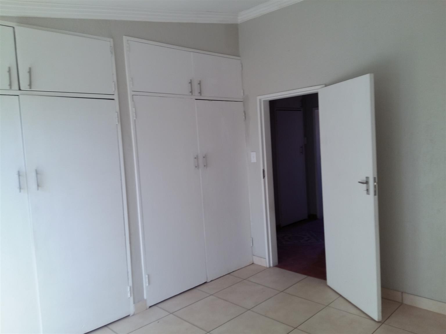 Gezina ( Moot) 2 Bedroom Garden flat R688 w /lights included