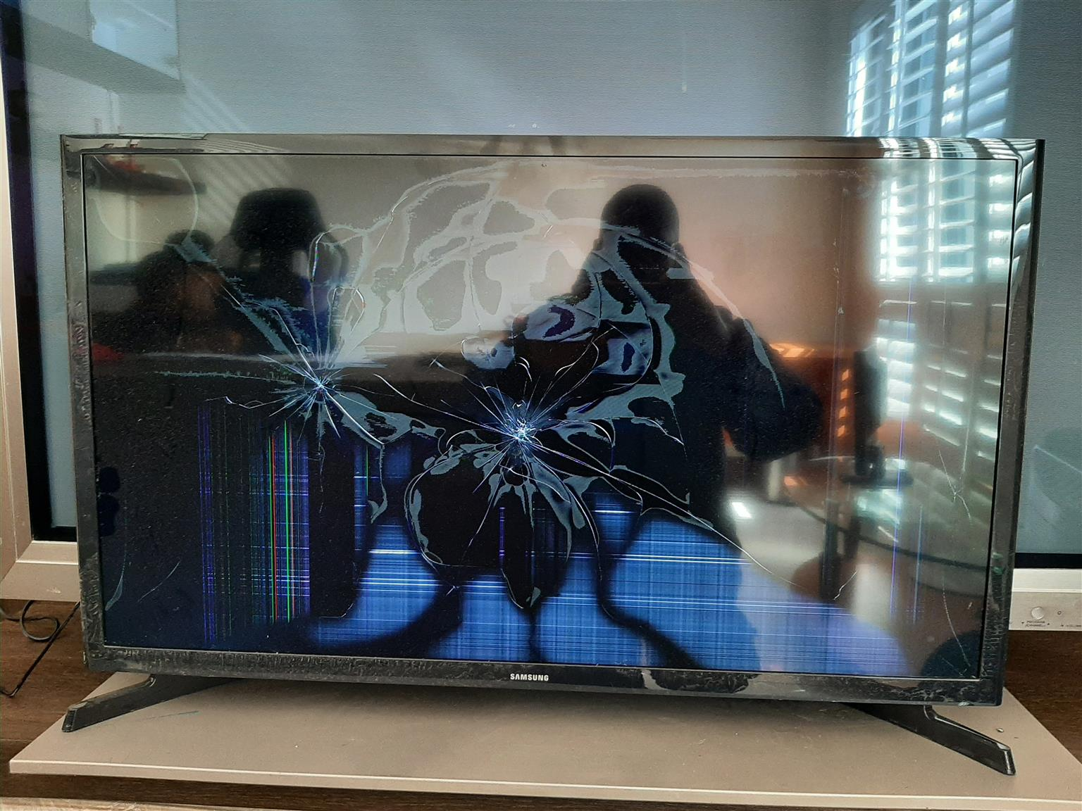 Samsung Flatscreen TV 32 inches (damaged screen)