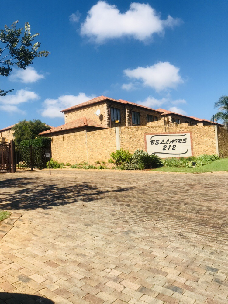 3 Bedrooms, 2 Bathrooms, 2 Garages Townhouse for Sale in Northriding!