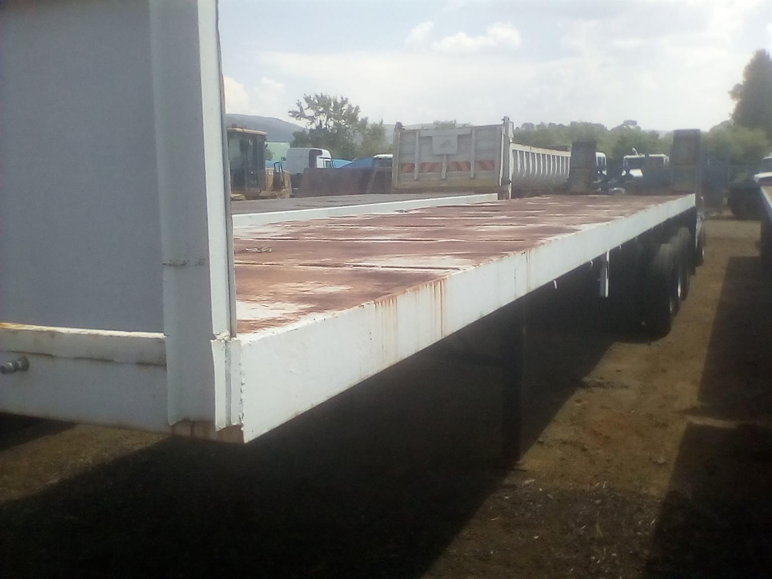 Tri axle flat deck