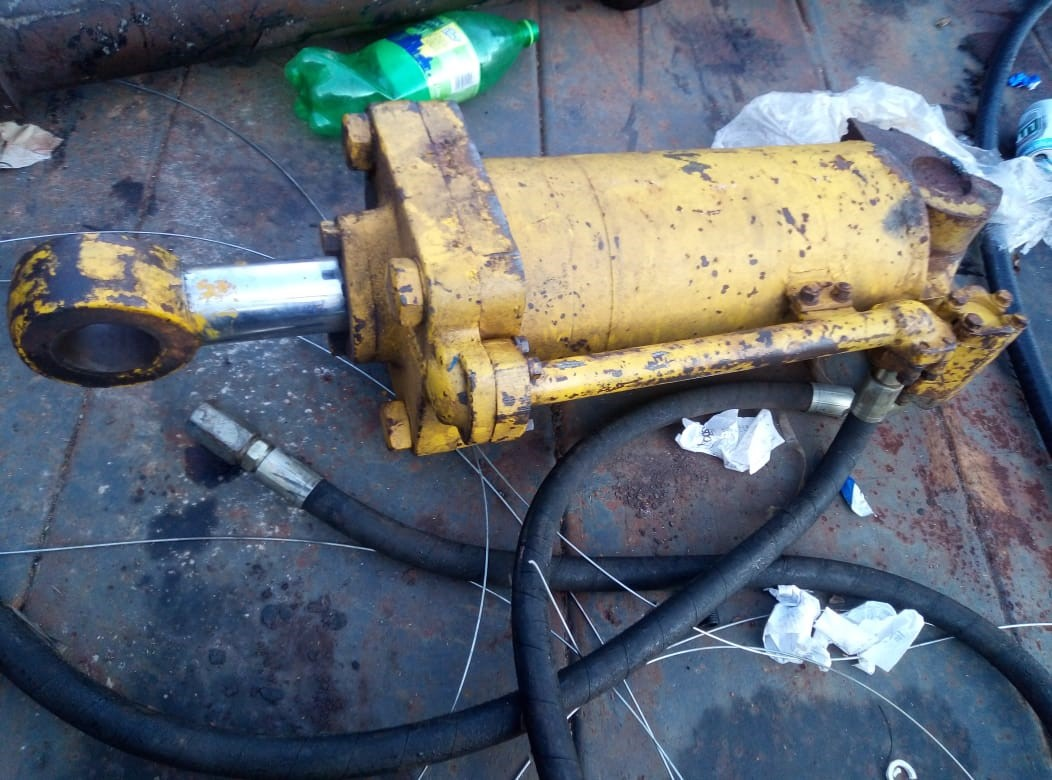 D4 Bulldozer's ripper hydrolic cylinder with pipes.