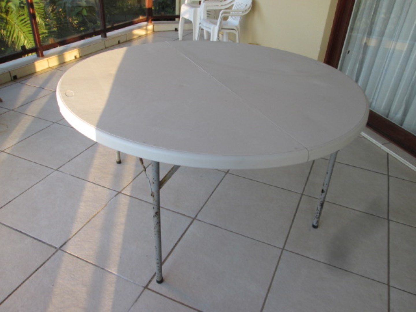 Solid folding table of PVC origin