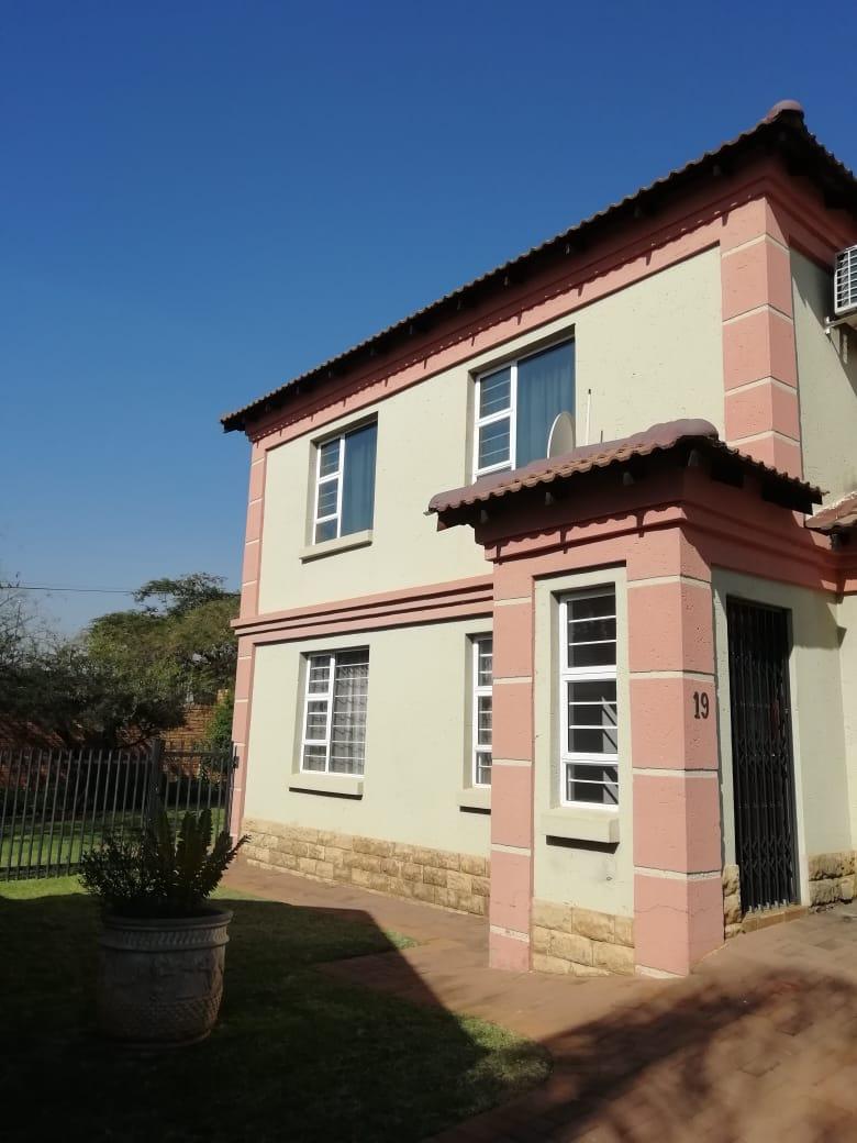 Dubbelverdieping huis in kompleks te huur