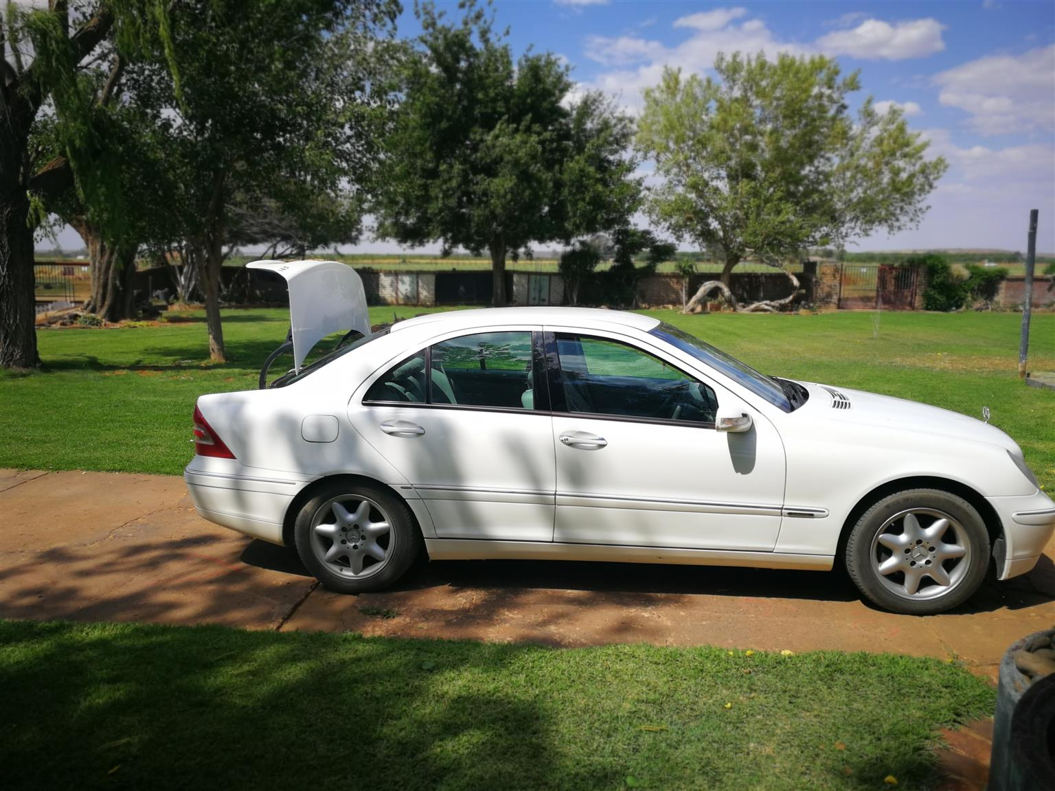 Mercedes C270 2002 model good condition daily runner