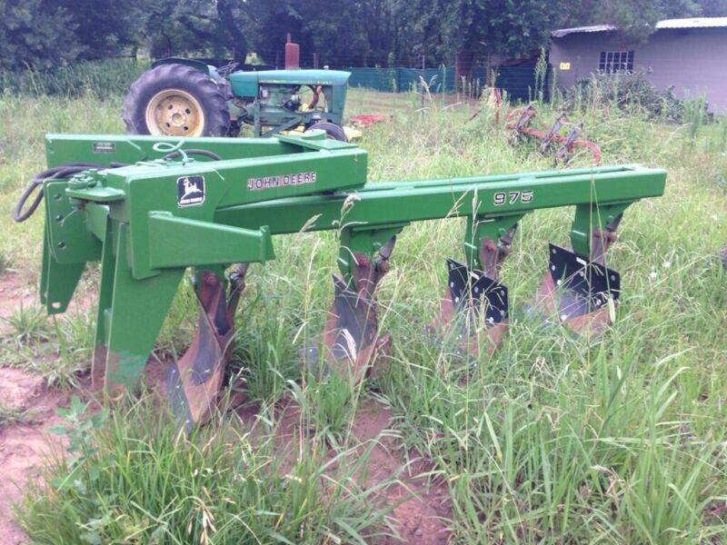John Deere 975 Reversible Plough