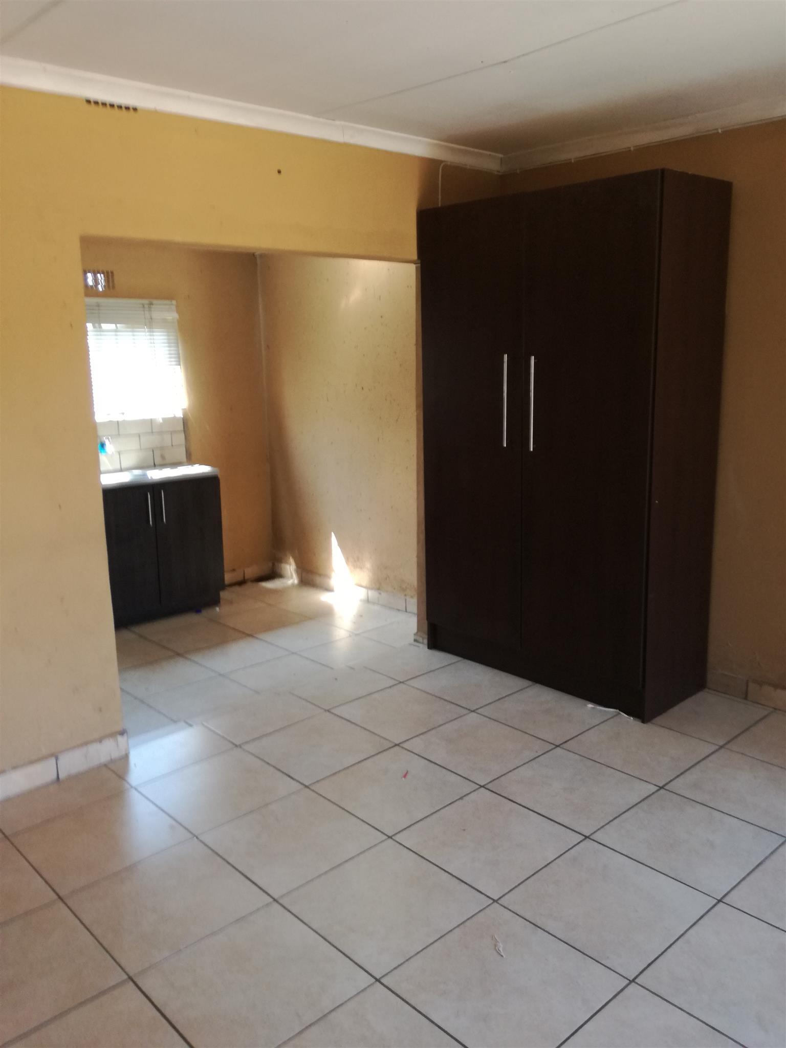 Bachelor room to rent