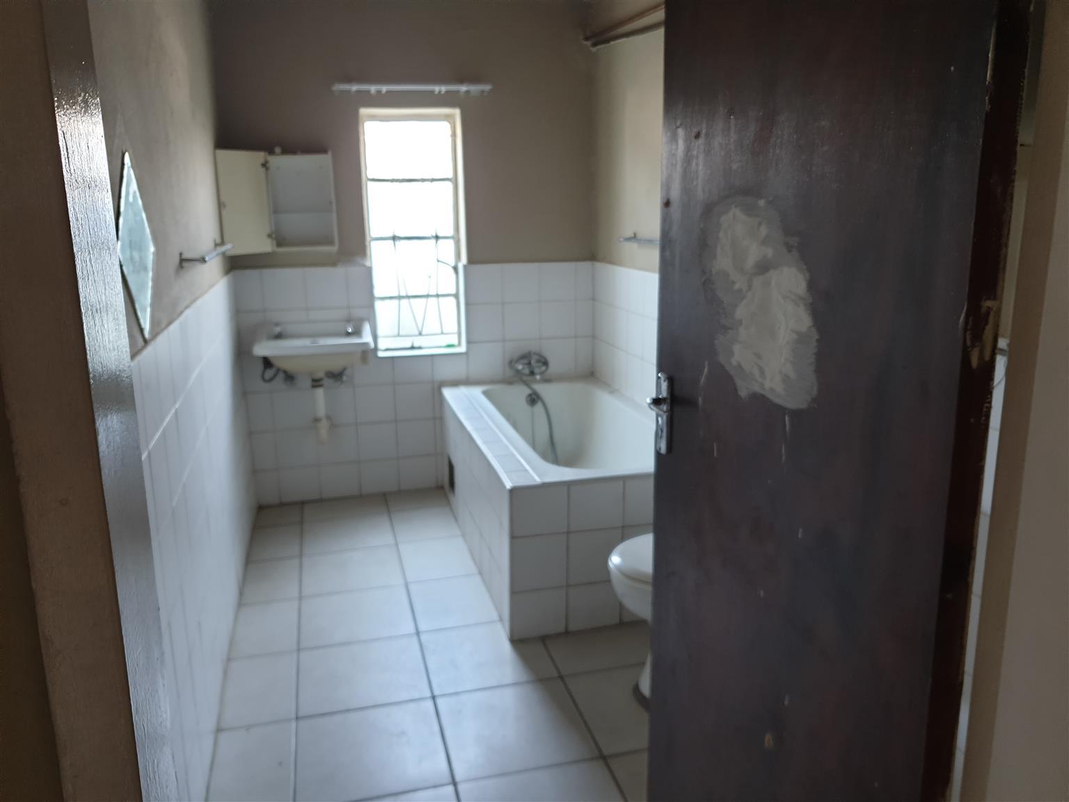 2 Bedroom flat in De Kroon 2km from Hernic mine outside Brits.