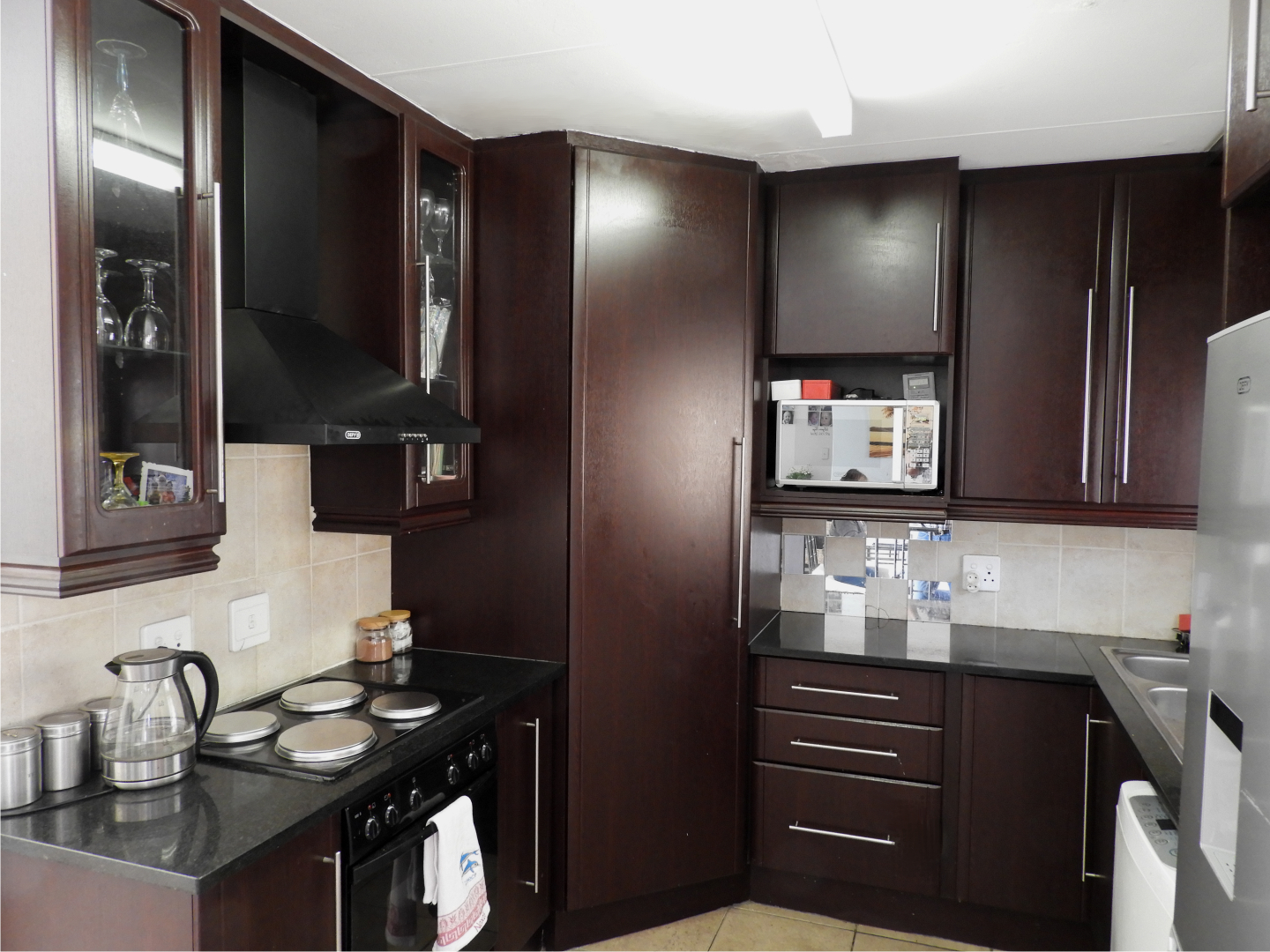 Stunning neat & spacious 2 bed townhouse with lounge & dining area on auction in The Reeds!