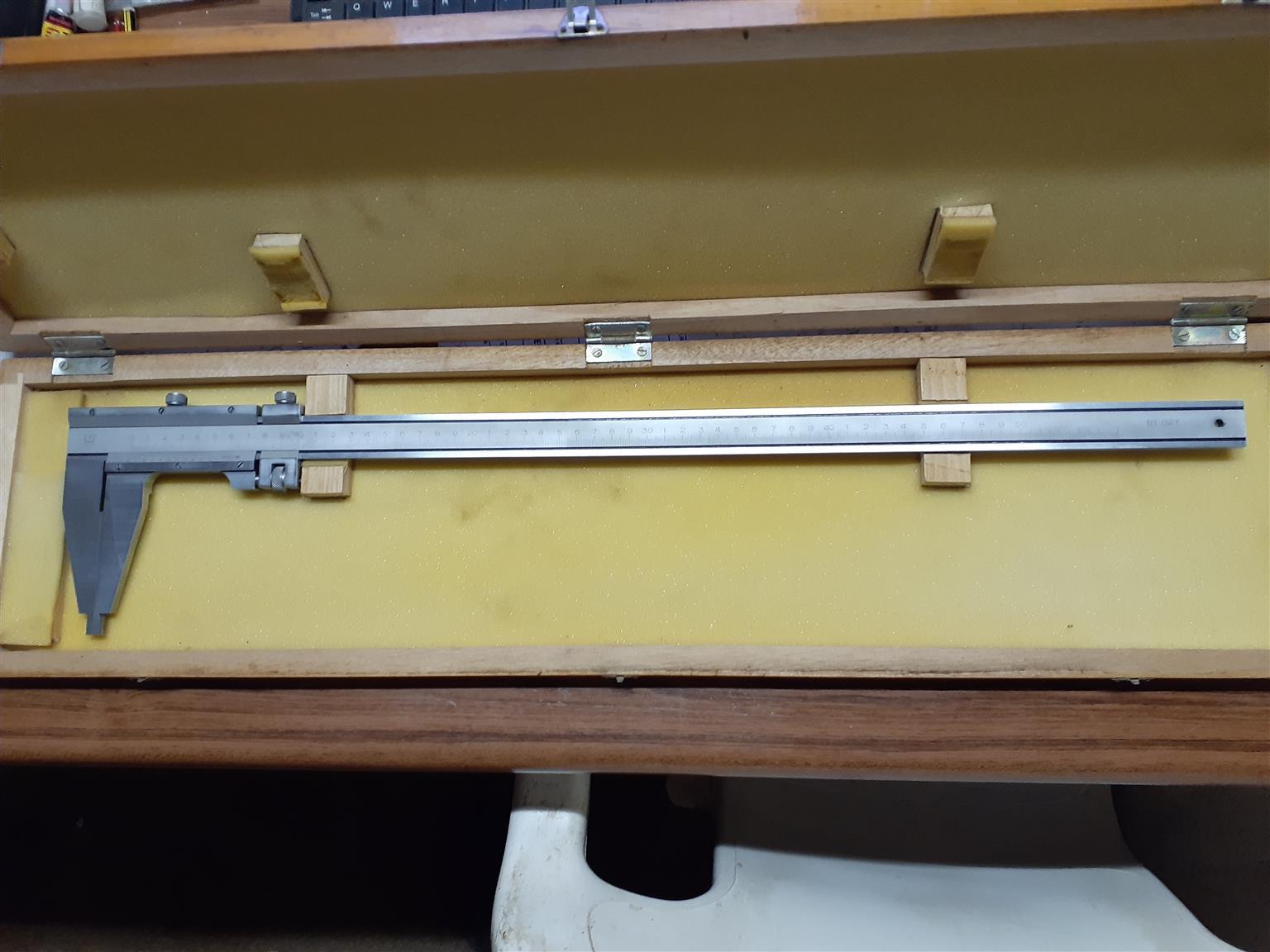 0 - 500mm VERNIER CALIPER IN WOODEN BOX.