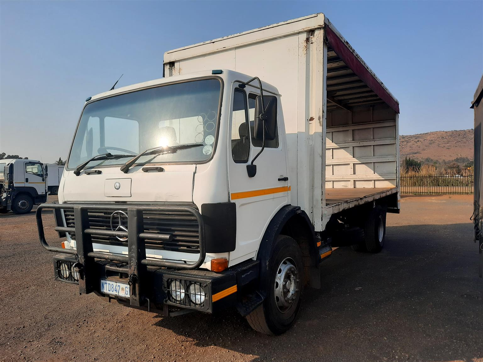 Mercedes 1419 with curtain side body,(comes with new curtains)
