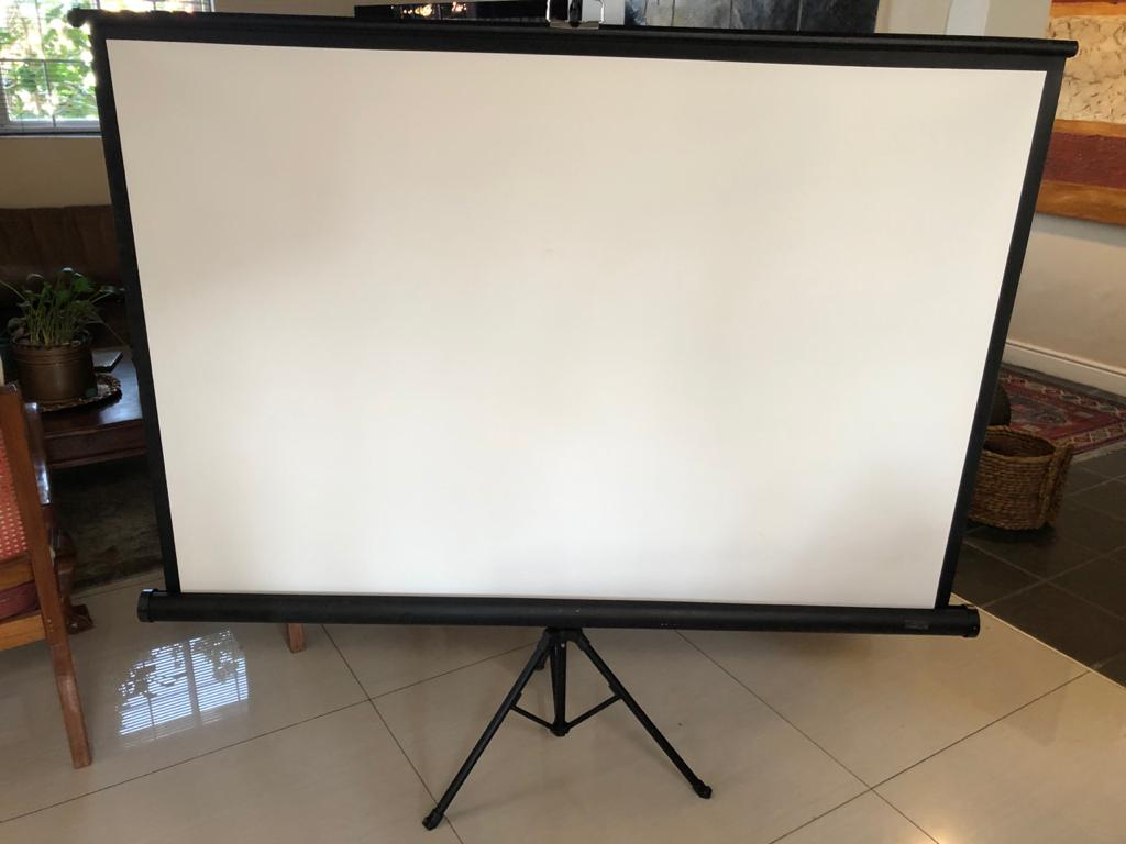 Parrot Screen Tripod - 152cm x 152cm - ideal for office of on-the-go presentations!
