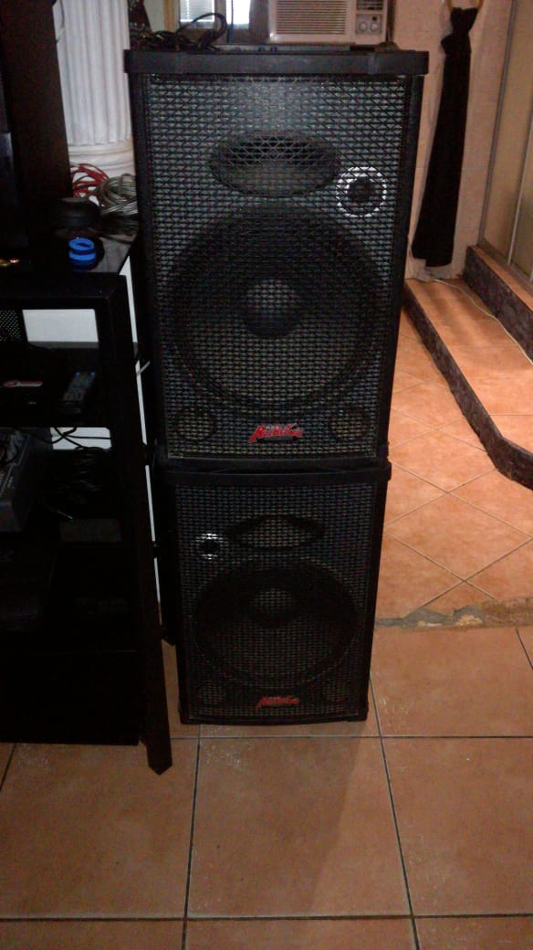 Rocksonic disco sistem with two cordless IMIX karaoke microphones , 6 channel mixer amp and two Speakers ( height is 780 cm ) . Cash only