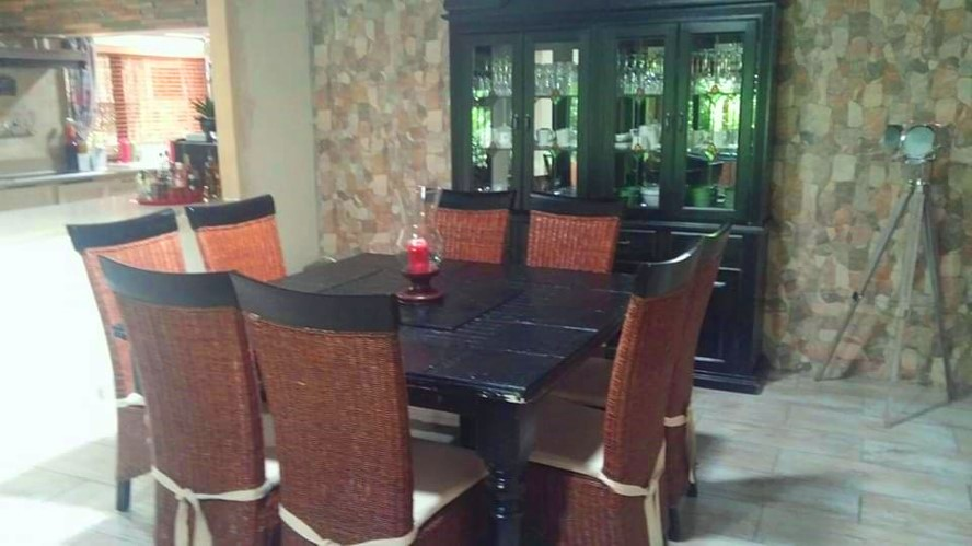 8 Seater Diningroom Suite With Display Cabinet