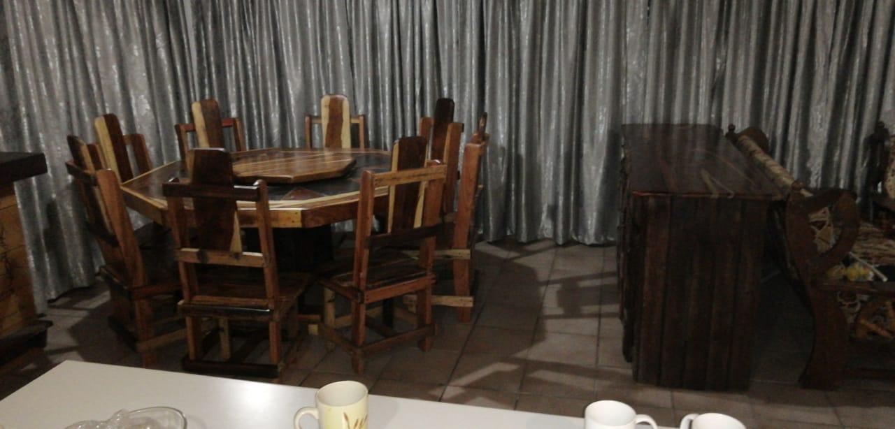8 Kant eetkamer tafel en stoele
