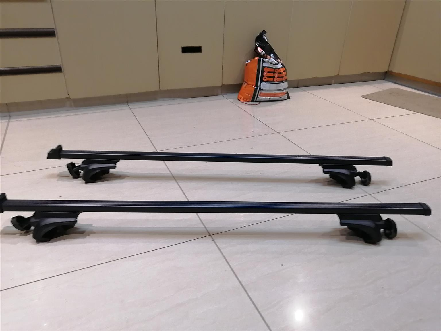 THULE ROOF RACKS GOOD AS BRAND NEW,  ONLY USED ON VEHICLE FOR 2 MONTHS.