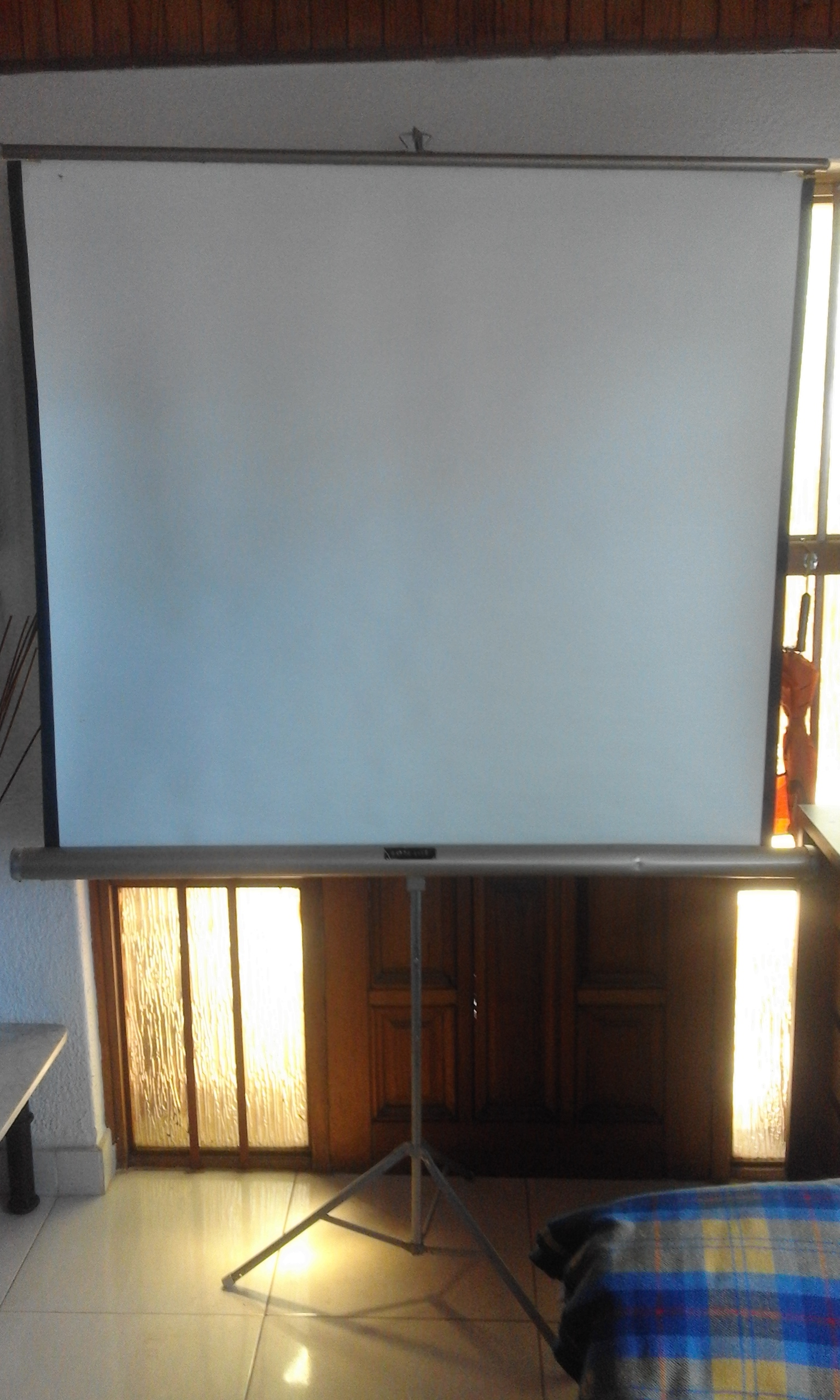 Projector Screen on Tripod Foldable,130cmX130cm In good condition.