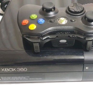 Xbox 360 E 250gb Kinect bundle with 1 free game
