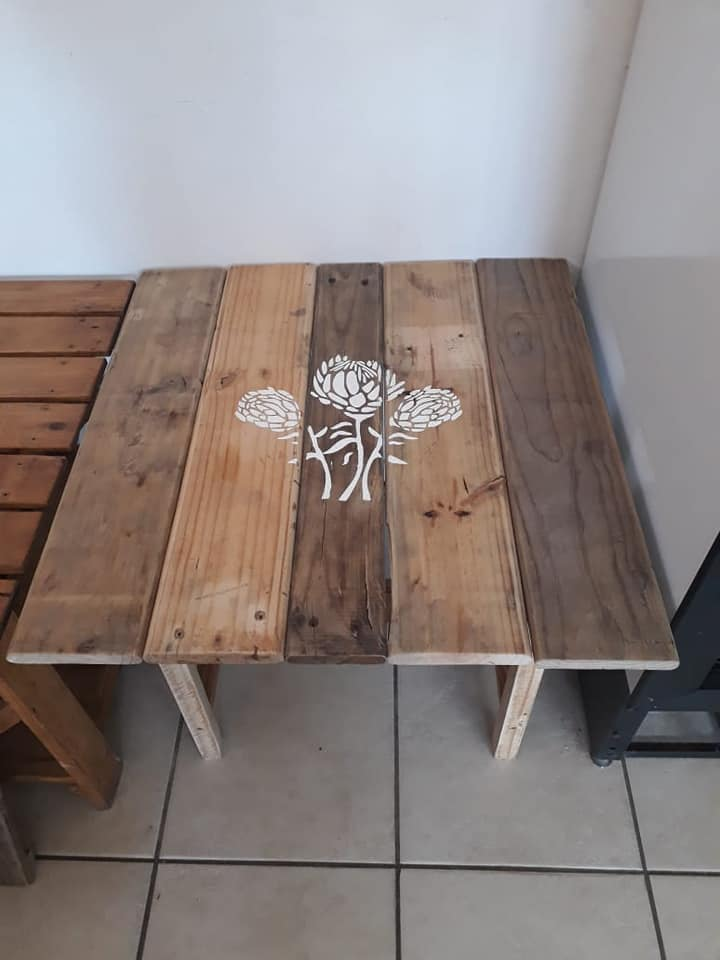 Pallet table with flower print for sale