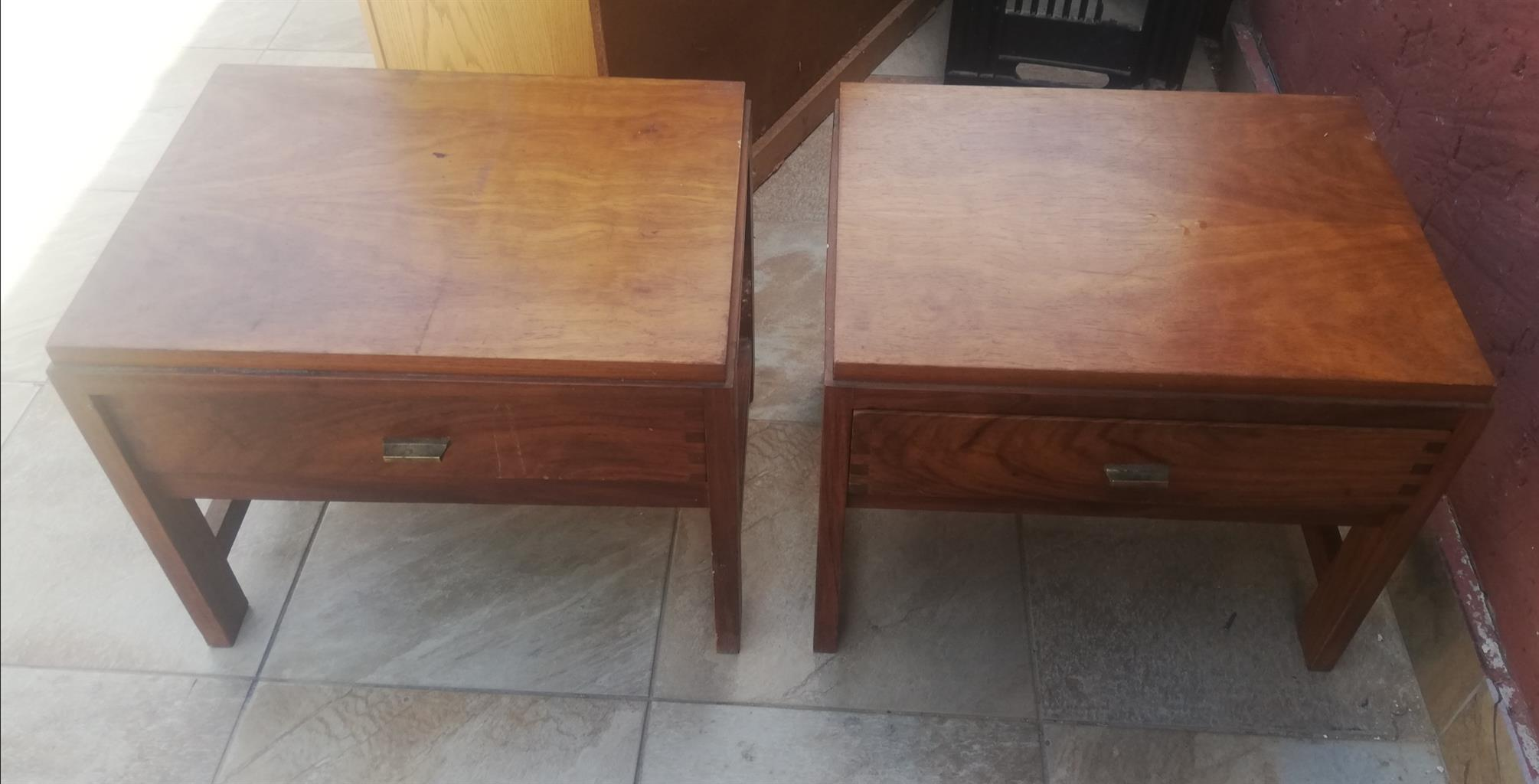 Set of two pedestals
