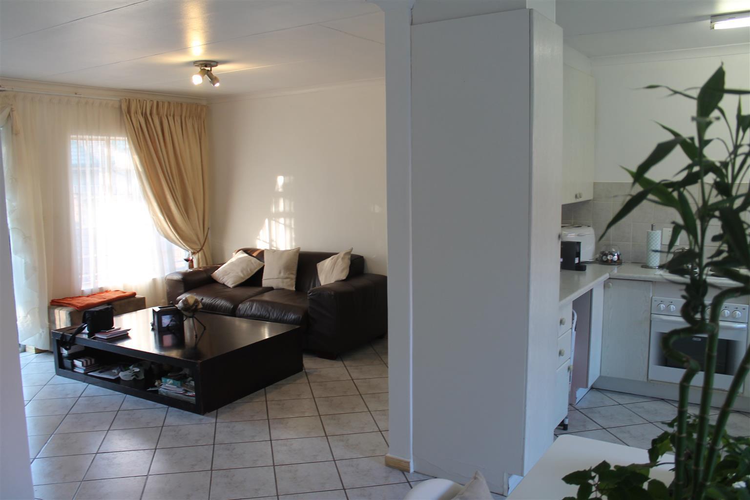 3 Bedrooms Simplex For Rent in Moreleta Park