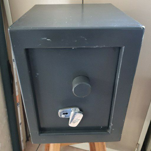 selling a big double lock safe 1500