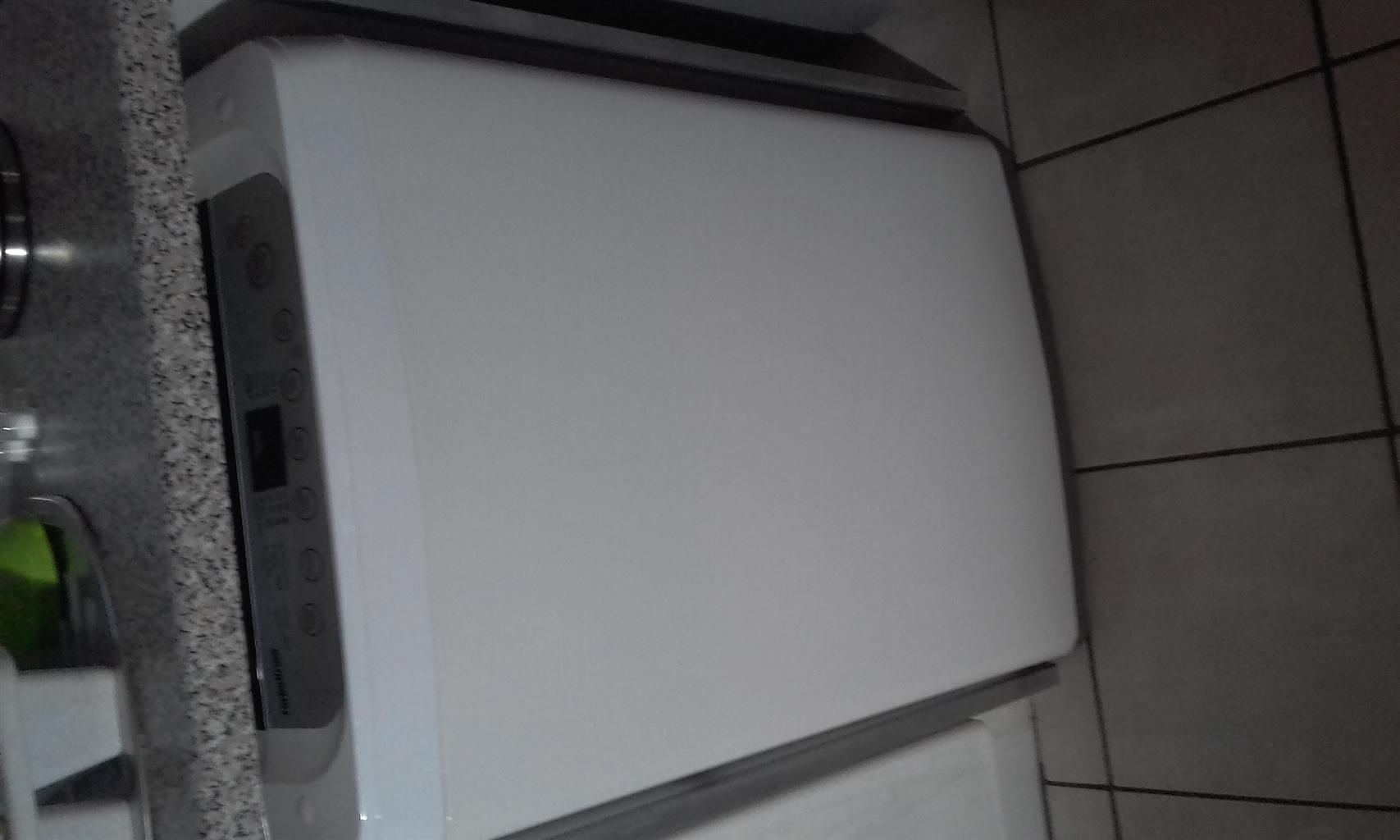 LG fuzzy logic washing machine 8.2kgs for R2500