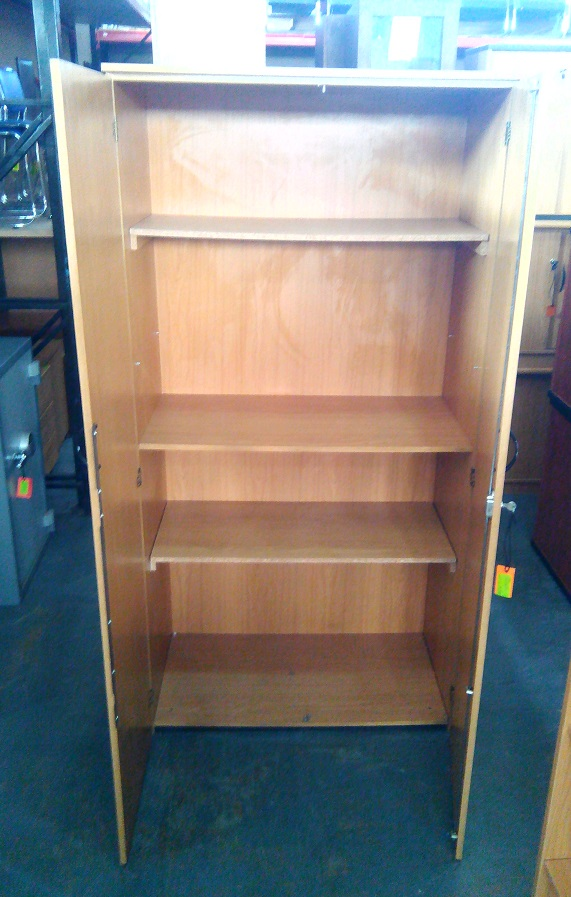 Cabinet 2 dr plus 3 shelves Oak