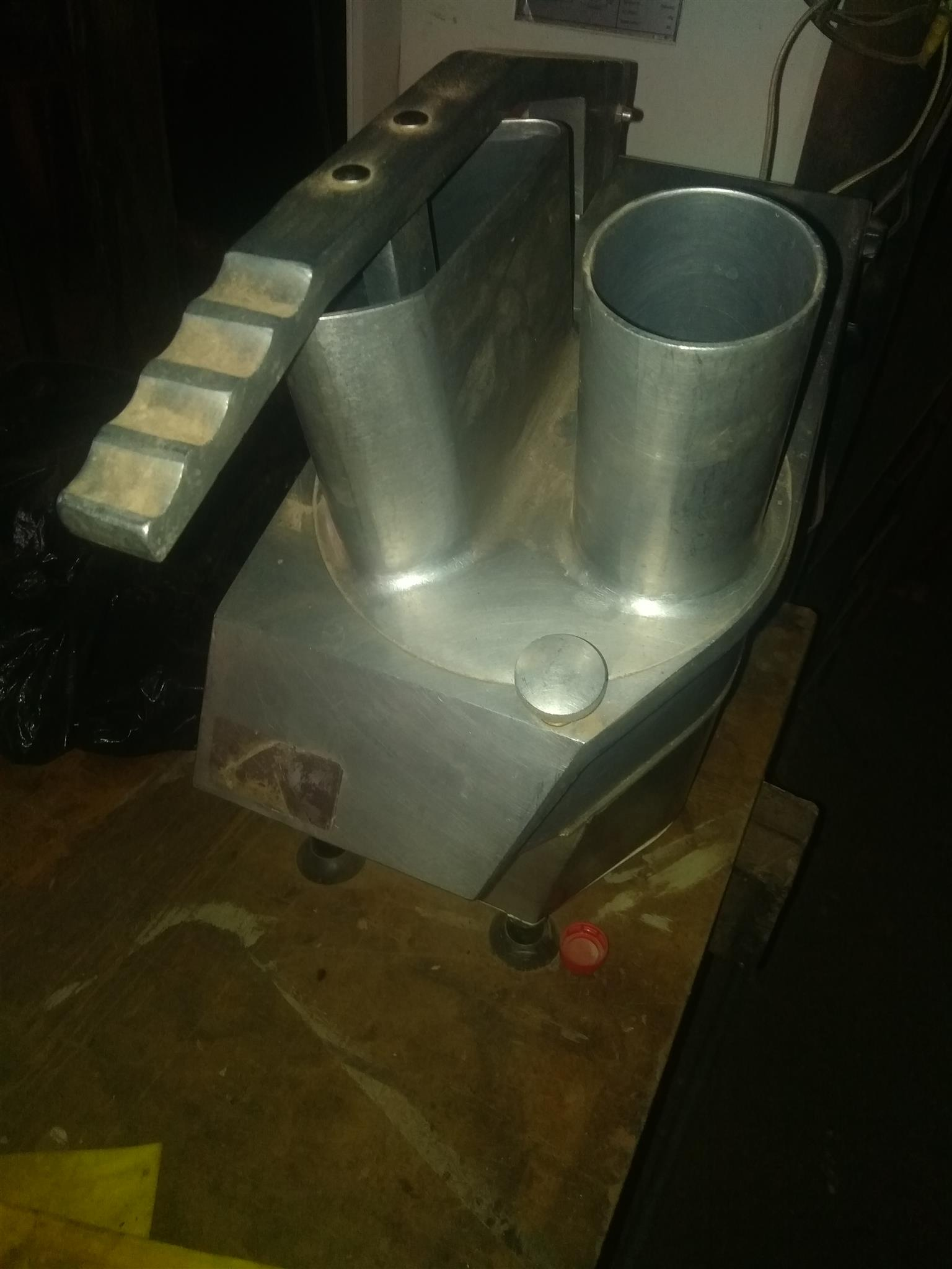 Used 2lit spiral dough mixer ideal for vetkoekor bread.