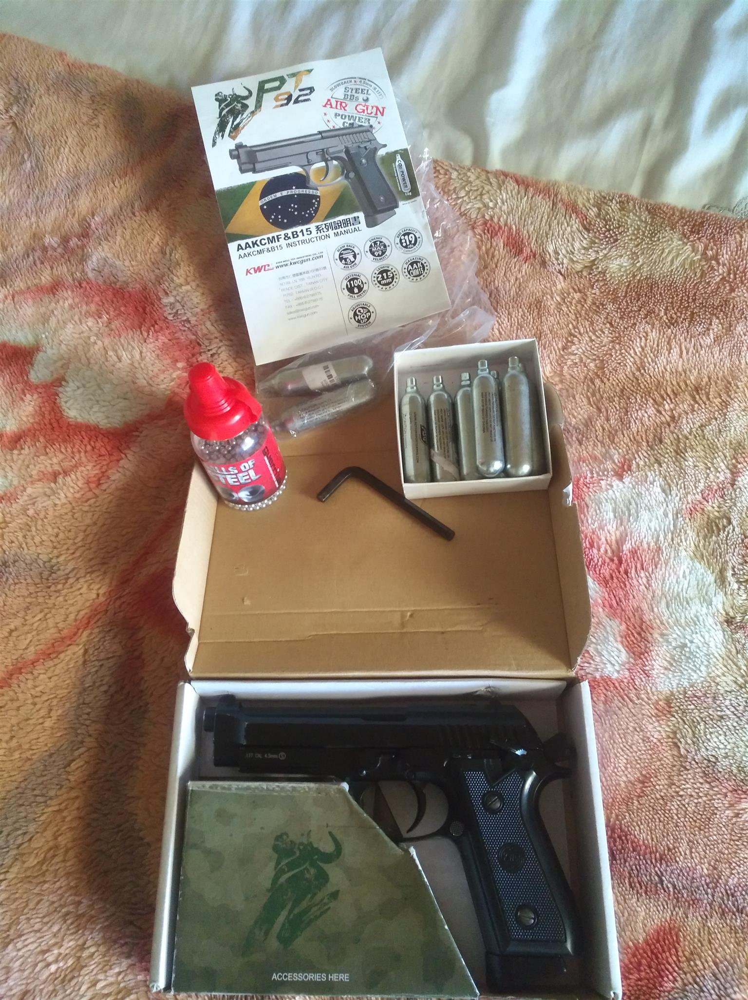 Gas gun with steel pallets and 7 unused gas canisters
