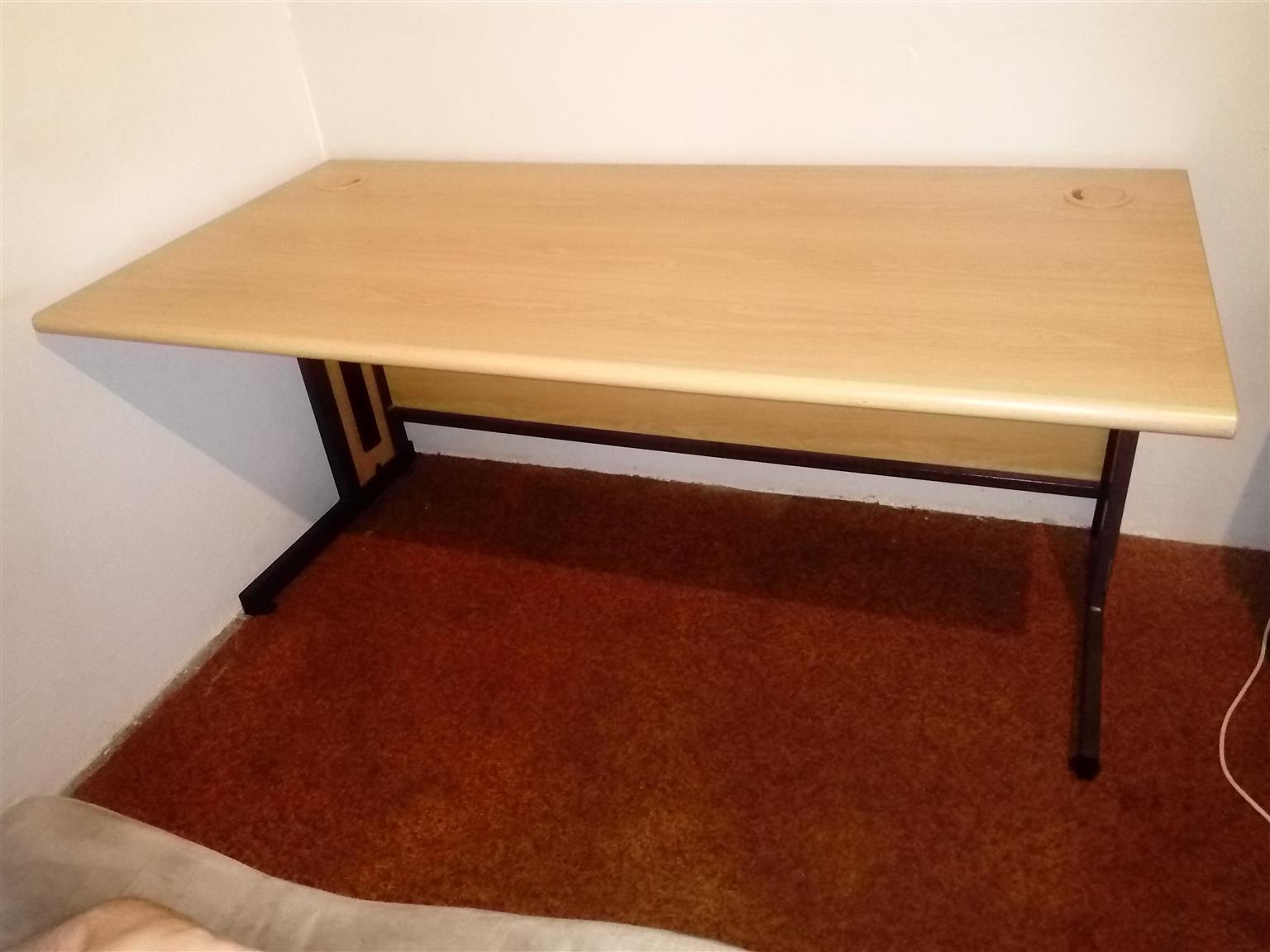 Desk. Computer Office Desk R 850. Uitenhage