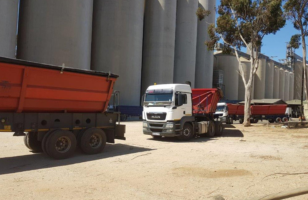 We Rent 34 ton horse and side tipper trailers.