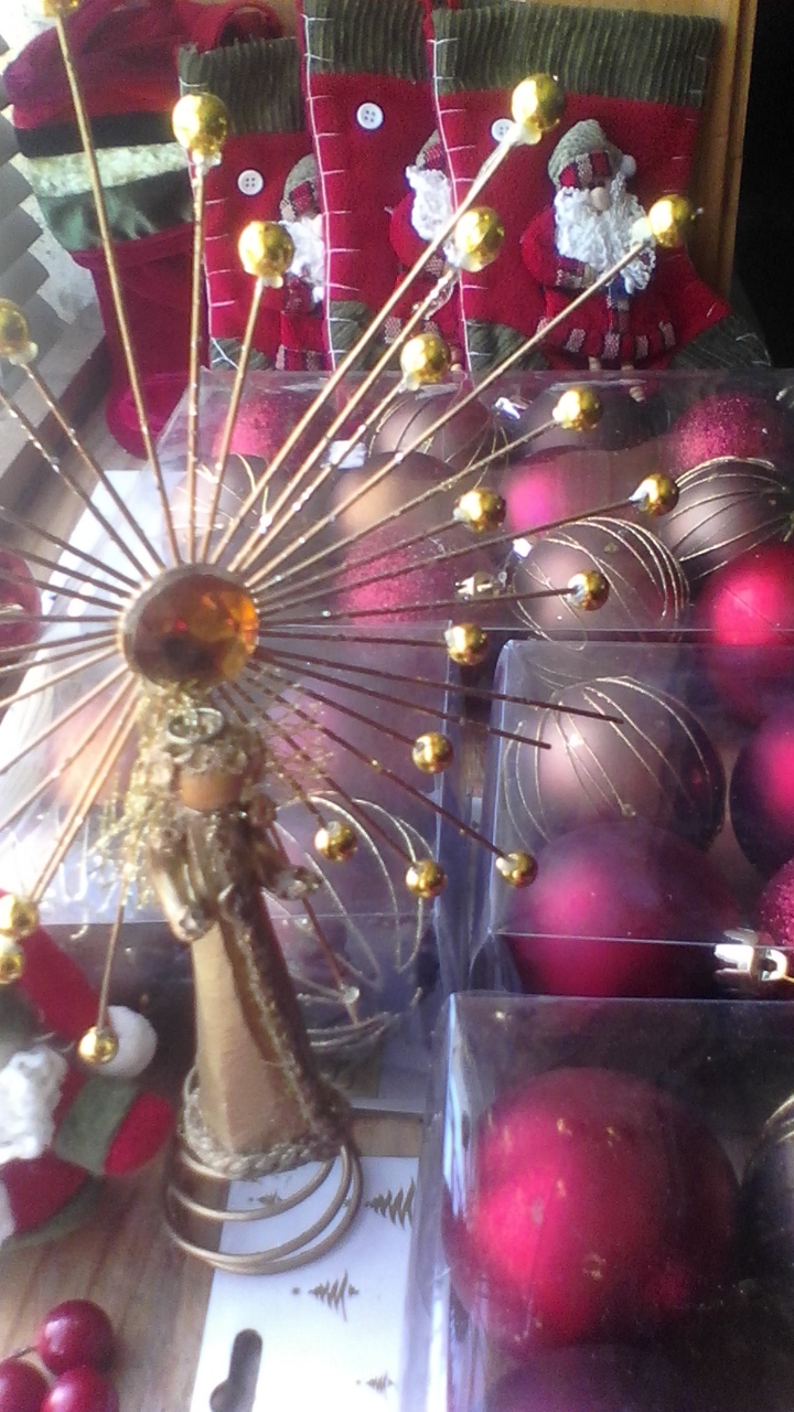 Xmas tree (Swiss) with pine cones, berries & decorations worth over R2K URGENT SALE R800 onco | Junk Mail