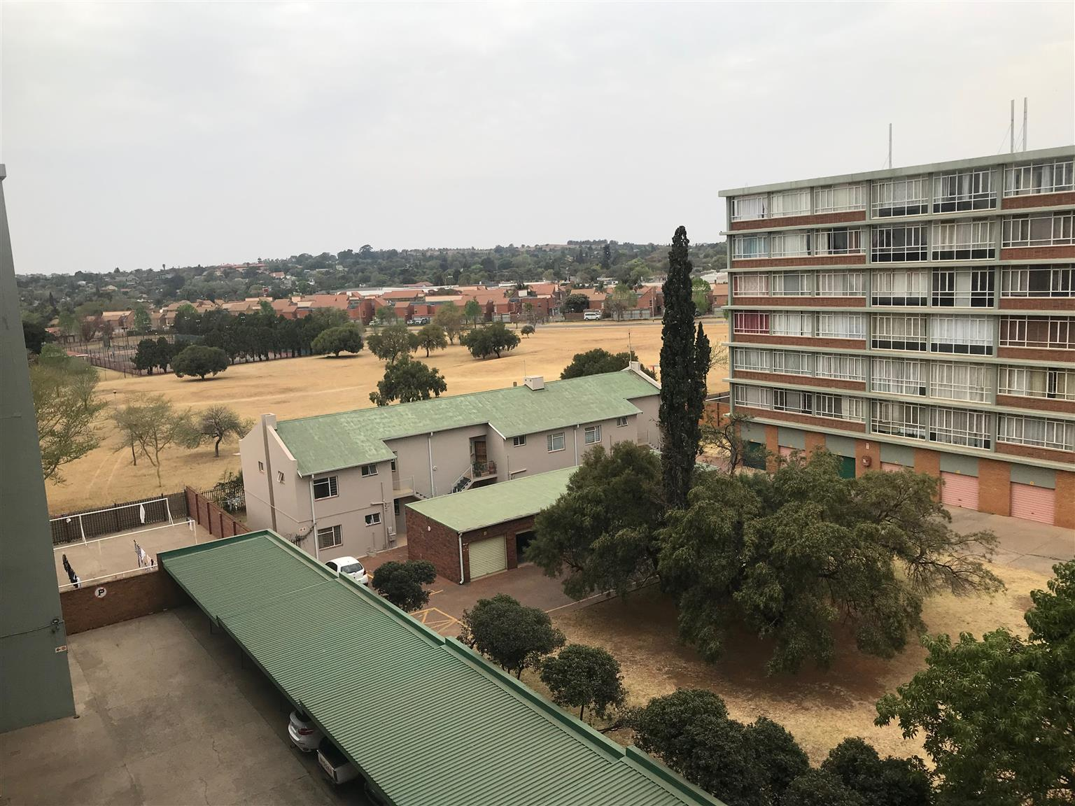 Pretoria-East: 2 1/2 Bedroom Flat with Undercover Parking in Elarduspark, Newly Renovated