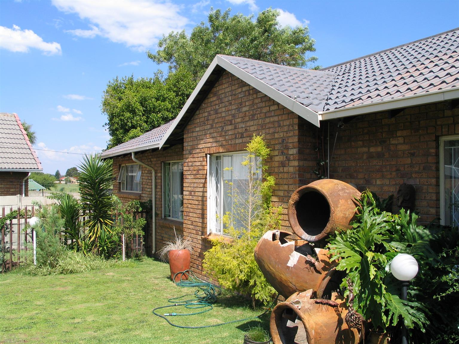 Impalapark lake view house!!!13beds+double garden+huge lapa+solar geyser+pre-power