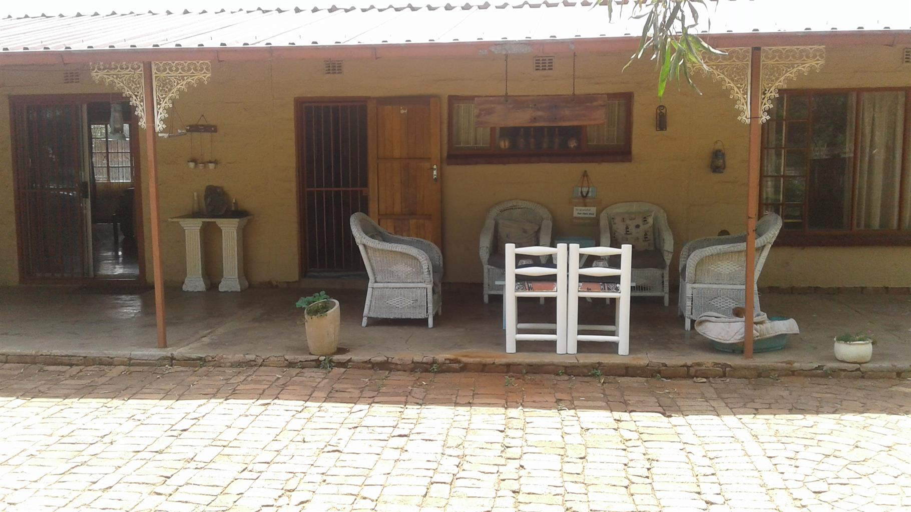 Hartbeespoortdam. Broederstroom. Very beat 3 bedroom house to let. Safe and secure.